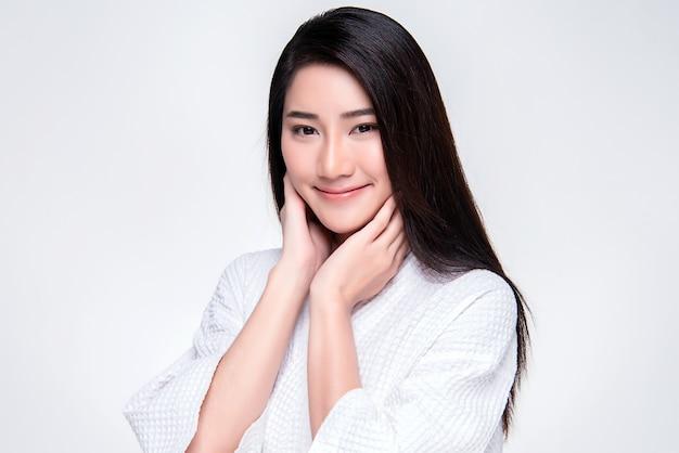 Hermosa mujer asiática joven con la piel limpia y fresca, Foto Premium