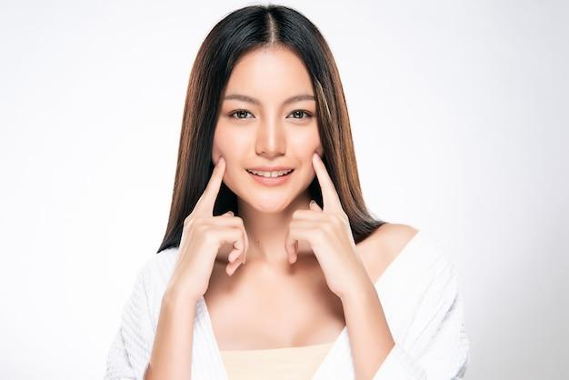 Hermosa mujer asiática joven con la piel limpia y fresca Foto Premium