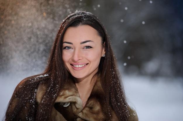 Hermosa mujer bastante joven en bosque de invierno. foto retrato Foto Premium