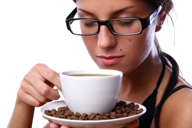 Hermosa mujer bebiendo café negro Foto gratis