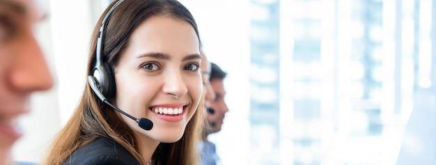 Hermosa mujer en call center banner gackground Foto Premium