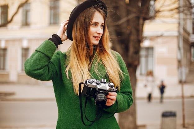Hermosa mujer caminando en un parque de primavera Foto gratis
