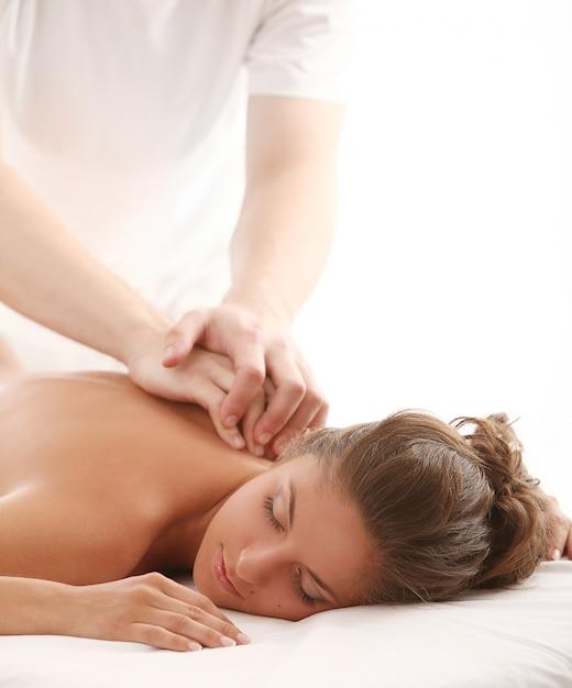 Hermosa mujer caucásica disfruta de un masaje Foto gratis