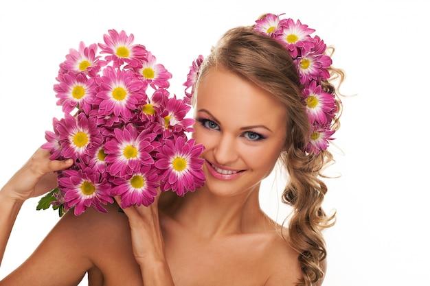 Hermosa mujer caucásica con flores frescas Foto gratis