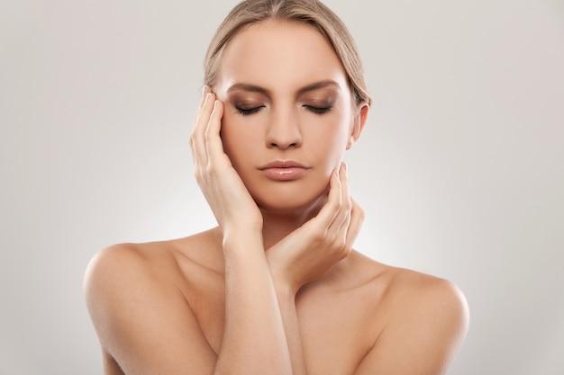 Hermosa mujer caucásica con maquillaje natural Foto gratis