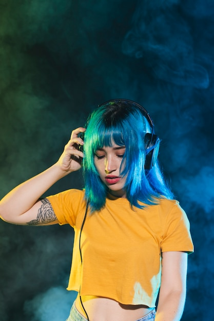 Hermosa mujer dj con auriculares Foto gratis