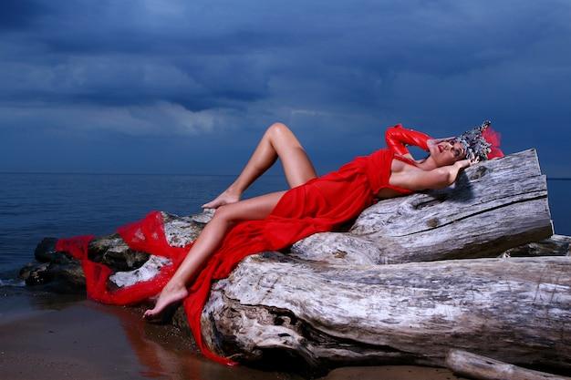 Hermosa mujer elegante con corona Foto gratis