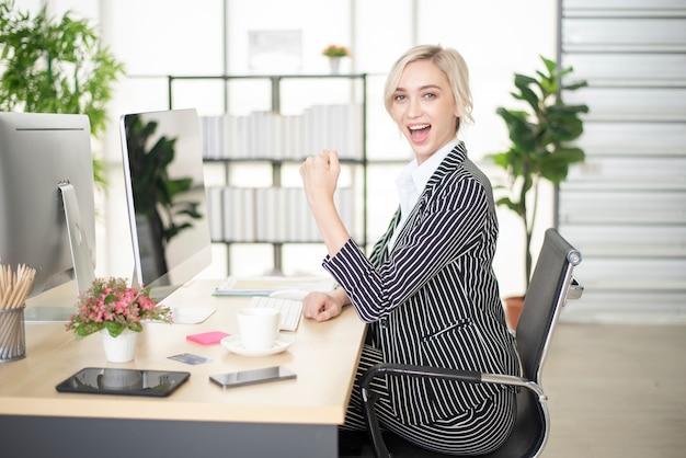 Hermosa mujer es éxito en su plan de negocios Foto Premium