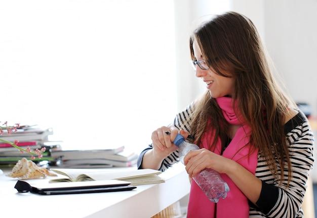 Hermosa mujer estudiando en casa Foto gratis