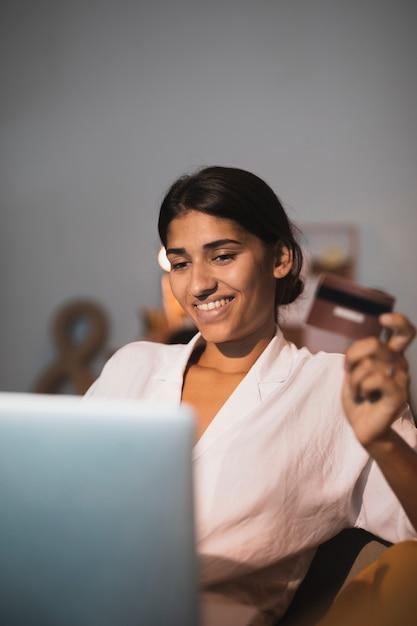 Hermosa mujer india con una tarjeta de crédito Foto gratis