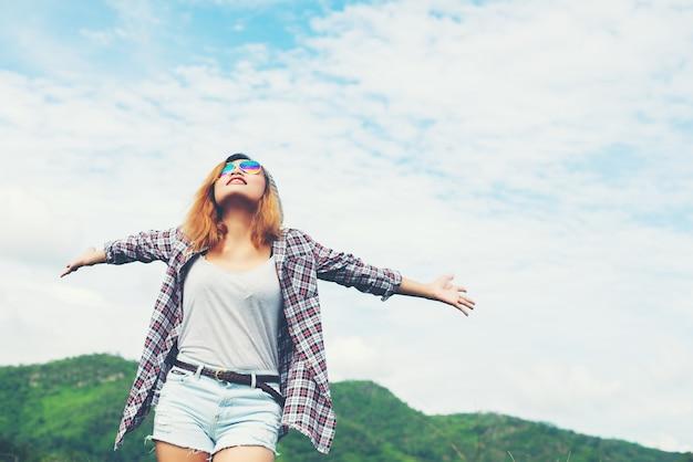 hermosa mujer joven disfrutar de la libertad y la vida en la naturaleza detrás Foto Gratis