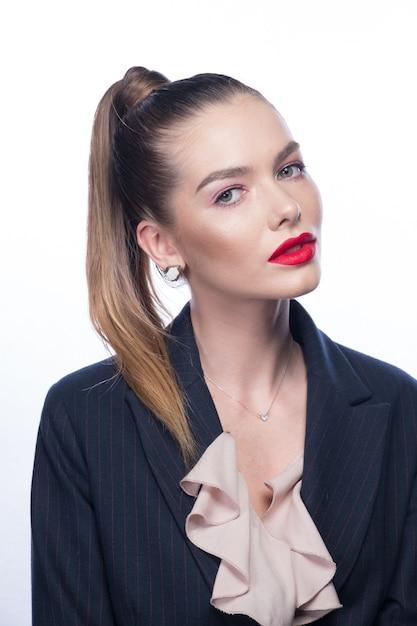 Hermosa mujer joven con labios rojos y cola alta en blanco brillante Foto Premium