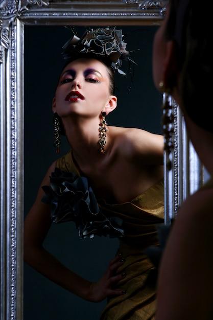 Hermosa mujer joven con maquillaje creativo Foto gratis