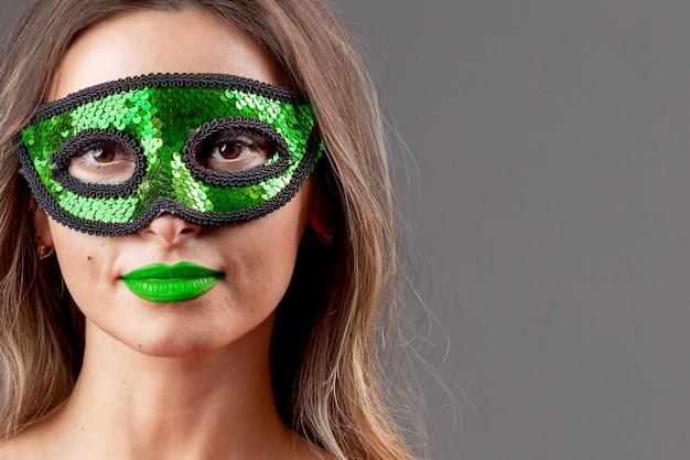 Hermosa mujer joven con máscara de color Foto gratis