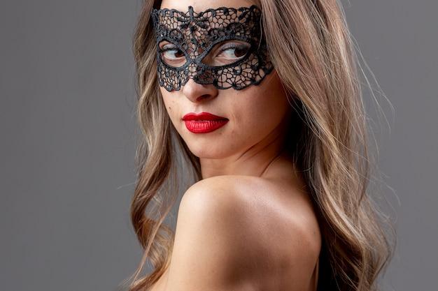Hermosa mujer joven con máscara Foto gratis