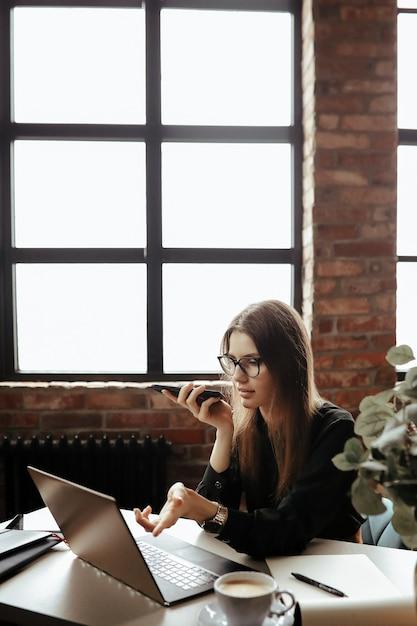Hermosa mujer joven en la oficina en casa. trabajando desde casa. concepto de teletrabajo Foto gratis