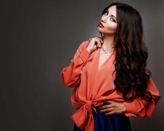 Hermosa mujer joven con pelo largo y joyas. Foto Premium