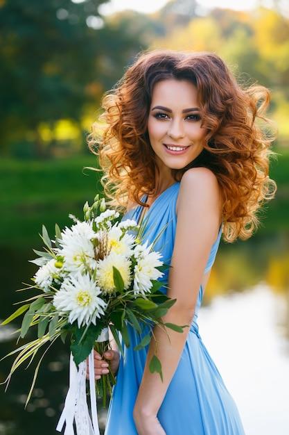 Hermosa mujer joven con pelo largo y rizado Foto Premium