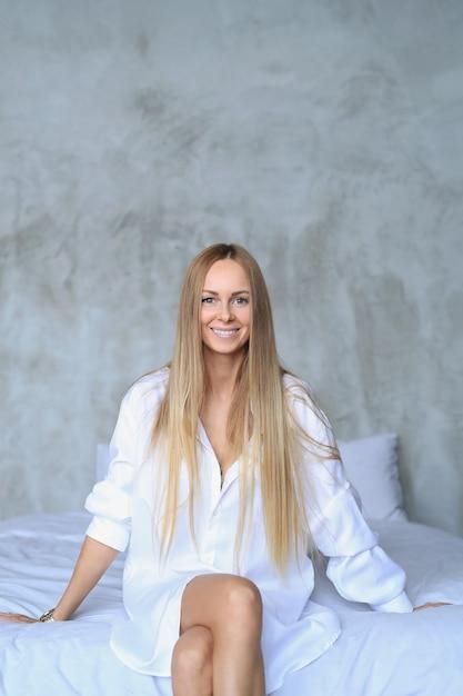 Hermosa mujer joven posando en la cama Foto gratis