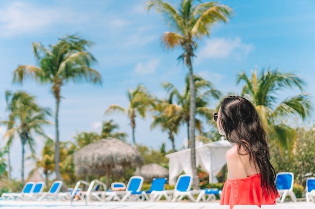 4248823c91e3 Hermosa mujer joven relajante en la piscina. | Descargar Fotos premium
