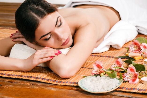 Hermosa mujer joven en un salón de spa Foto gratis
