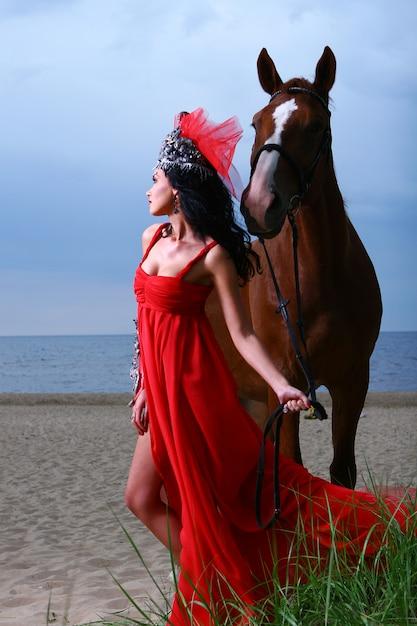 Hermosa mujer joven y sexy en la playa Foto gratis