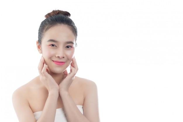 Hermosa mujer joven con una sonrisa feliz expresiones faciales y gestos a mano, conceptos de belleza y spa Foto gratis