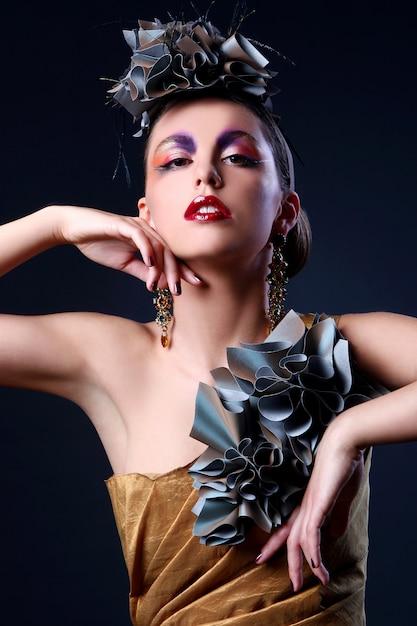 Hermosa mujer joven en traje elegante Foto gratis