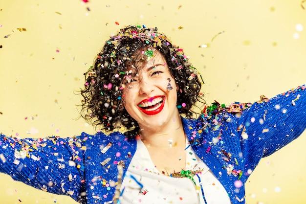 Hermosa mujer joven de vacaciones riendo. Foto Premium