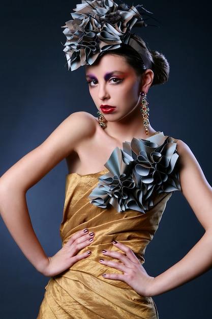 Hermosa mujer joven en vestido elegante Foto gratis