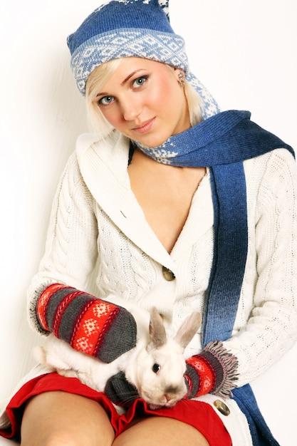 Hermosa mujer y lindo conejo Foto gratis