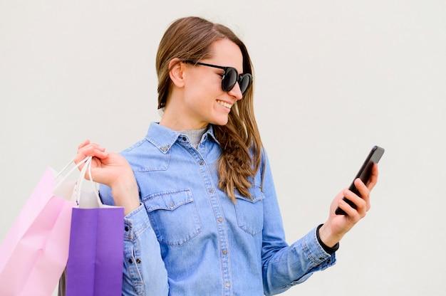 Hermosa mujer llevando bolsas de compras Foto gratis