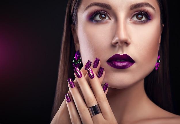 Hermosa mujer con maquillaje perfecto y manicura con joyas. Foto Premium