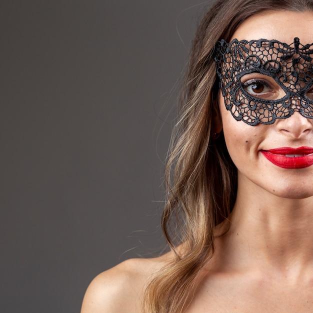 Hermosa mujer con máscara de carnaval Foto gratis