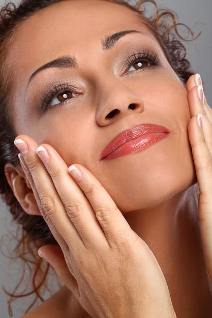 Hermosa mujer de mediana edad con maquillaje Foto gratis