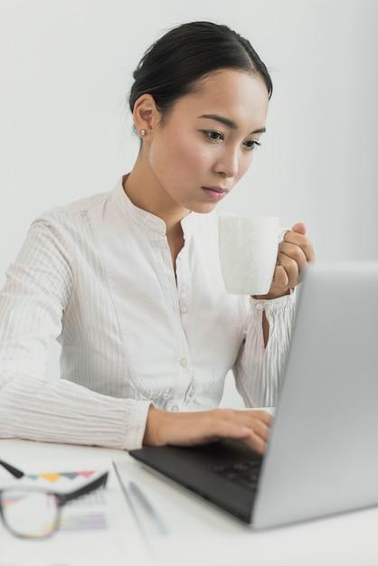 Hermosa mujer mirando portátil Foto gratis
