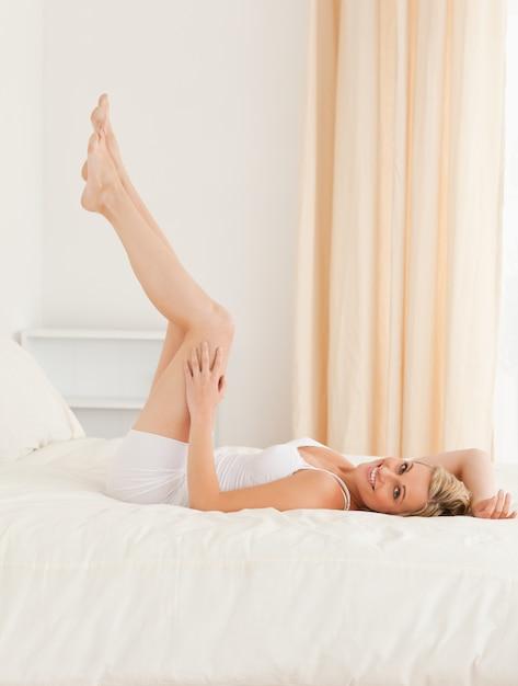 Hermosa mujer mirando sus piernas Foto Premium