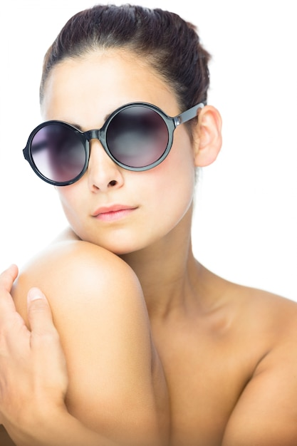 d2b84aa645 Hermosa mujer morena con gafas de sol redondas gigantes   Descargar ...