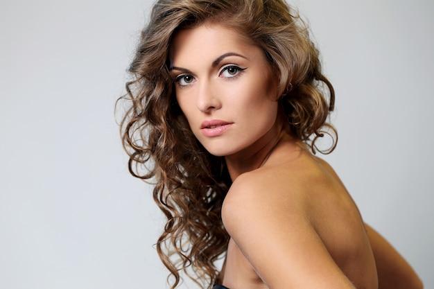 Hermosa mujer morena con rizos Foto gratis
