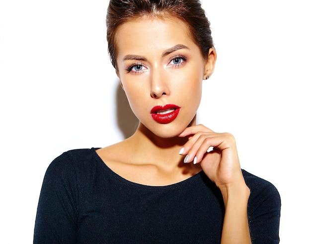 Hermosa mujer morena sexy linda feliz en vestido negro casual con labios rojos en la pared blanca Foto gratis