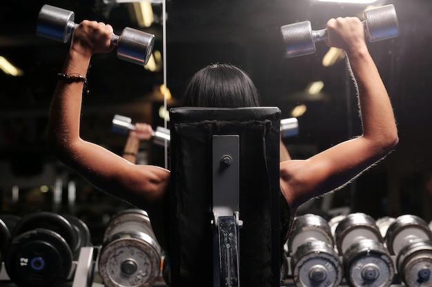Hermosa mujer muscular en un gimnasio Foto gratis
