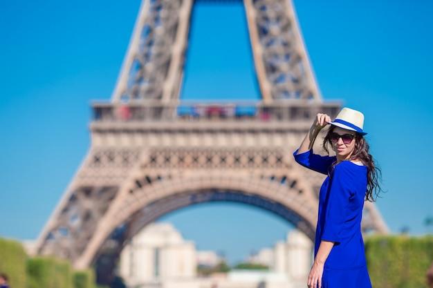 Hermosa mujer en parís de fondo la torre eiffel durante las vacaciones de verano Foto Premium