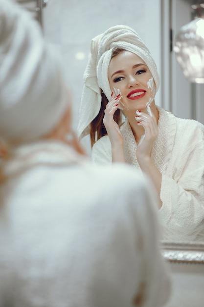 Hermosa mujer de pie en un cuarto de baño | Foto Gratis