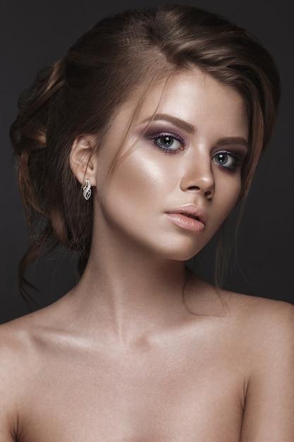 Hermosa mujer con piel perfecta y maquillaje de noche Foto Premium