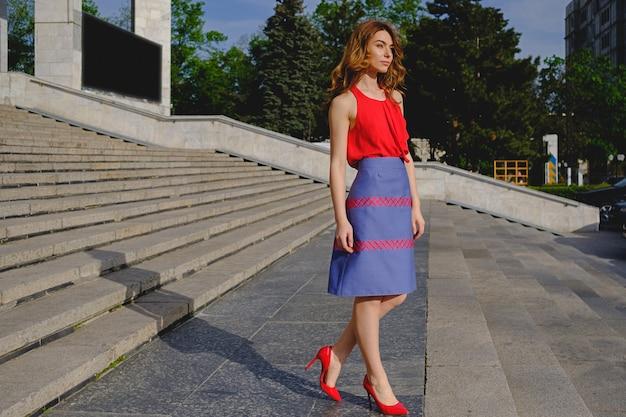 Hermosa mujer posando en las escaleras Foto gratis