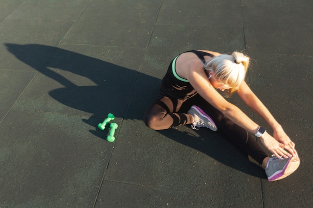 Hermosa mujer preparándose para ejercicios de entrenamiento Foto gratis
