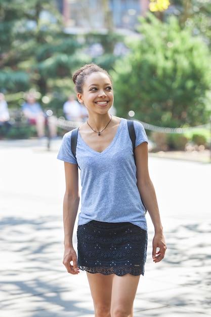 Hermosa mujer de raza mixta en el parque, retrato sonriente Foto Premium