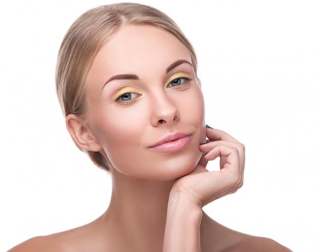 Hermosa mujer rubia con maquillaje brillante Foto Premium