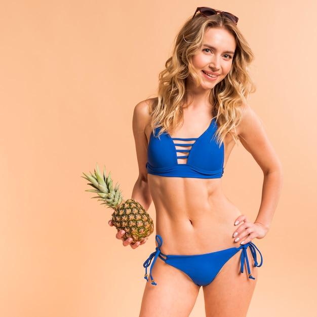 bien fuera x super barato se compara con zapatillas Hermosa mujer rubia en traje de baño azul con piña ...
