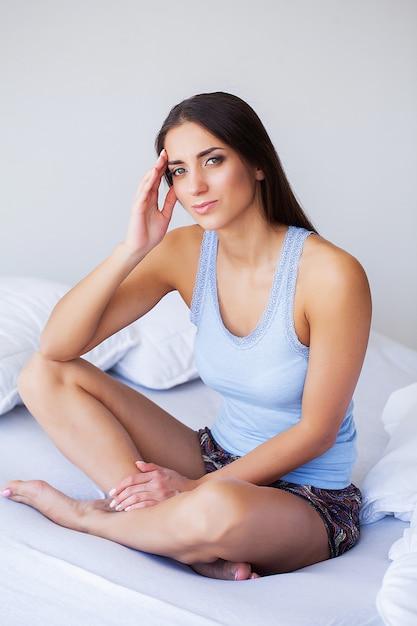 Hermosa mujer sentirse enferma, tener dolor de cabeza, dolor corporal doloroso Foto Premium
